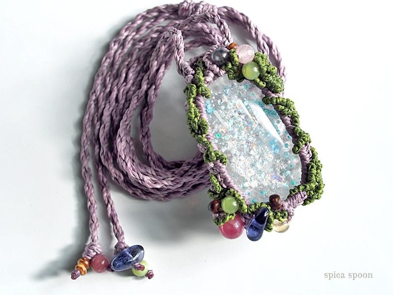 虹いっぱいの、愛と神秘の泉ネックレス。